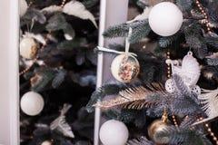 Árbol de navidad con la reflexión en el espejo Foto de archivo libre de regalías