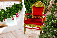Árbol de navidad con la silla roja Imagenes de archivo