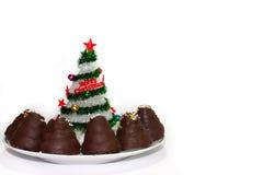 Árbol de navidad con la torta de chocolate Fotografía de archivo