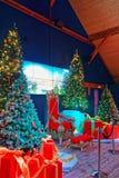 Árbol de navidad con las actuales cajas rojas Foto de archivo