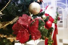 Árbol de navidad con las bolas coloridas imagenes de archivo