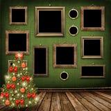 Árbol de navidad con las bolas y los arqueamientos Imagen de archivo