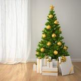 Árbol de navidad con las cajas de la decoración y de regalo del oro en estilo clásico Foto de archivo libre de regalías