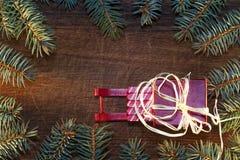 Árbol de navidad con las chucherías Imagenes de archivo