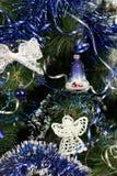 Árbol de navidad con las decoraciones Fotos de archivo