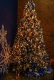 Árbol de navidad con las decoraciones Imagenes de archivo