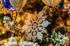 Árbol de navidad con las decoraciones Imágenes de archivo libres de regalías