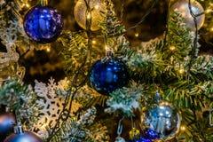Árbol de navidad con las decoraciones Foto de archivo