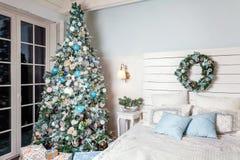 Árbol de navidad con las decoraciones blancas, azules y de plata Imagenes de archivo