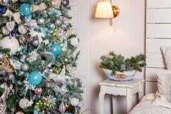 Árbol de navidad con las decoraciones blancas, azules y de plata Fotos de archivo libres de regalías