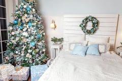 Árbol de navidad con las decoraciones blancas, azules y de plata Foto de archivo libre de regalías