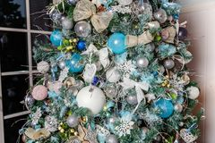 Árbol de navidad con las decoraciones blancas, azules y de plata Fotografía de archivo