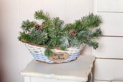 Árbol de navidad con las decoraciones blancas, azules y de plata Fotos de archivo