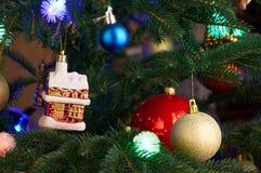 Árbol de navidad con las decoraciones de la Navidad Imágenes de archivo libres de regalías