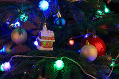 Árbol de navidad con las decoraciones de la Navidad Imagen de archivo