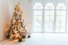 Árbol de navidad con las decoraciones del oro Fotografía de archivo