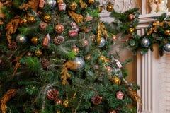 Árbol de navidad con las decoraciones del oro, del azul y de la plata Foto de archivo libre de regalías
