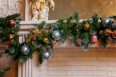 Árbol de navidad con las decoraciones del oro, del azul y de la plata Fotografía de archivo