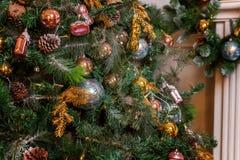 Árbol de navidad con las decoraciones del oro, del azul y de la plata Imagenes de archivo