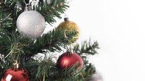 Árbol de navidad con las decoraciones en el fondo blanco Imágenes de archivo libres de regalías