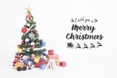 Árbol de navidad con las decoraciones en el fondo blanco Fotografía de archivo