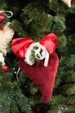 Árbol de navidad con las decoraciones handcrafted rojo del corazón Fotos de archivo libres de regalías