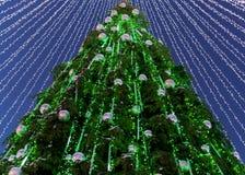 Árbol de navidad con las decoraciones instaladas en Vilna Lituania Imágenes de archivo libres de regalías