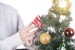 Árbol de navidad con las decoraciones por Feliz Año Nuevo Fotos de archivo