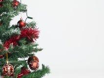 Árbol de navidad con las decoraciones rojas Foto de archivo libre de regalías