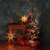 Árbol de navidad con las decoraciones rojas y amarillas Imagen de archivo
