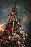 Árbol de navidad con las decoraciones rojas y amarillas Foto de archivo