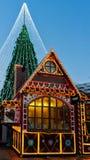 Árbol de navidad con las decoraciones y las casas Vilna del recuerdo Imágenes de archivo libres de regalías