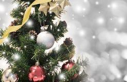 Árbol de navidad con las decoraciones y copo de nieve en bokeh Fotografía de archivo