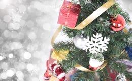 Árbol de navidad con las decoraciones y copo de nieve en bokeh Fotos de archivo