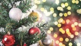 Árbol de navidad con las decoraciones y copo de nieve en bokeh Fotografía de archivo libre de regalías