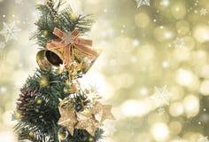 Árbol de navidad con las decoraciones y copo de nieve en bokeh del oro Foto de archivo