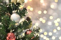 Árbol de navidad con las decoraciones y copo de nieve en fondo del bokeh Fotos de archivo