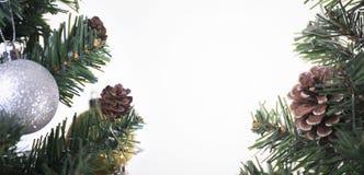 Árbol de navidad con las decoraciones y el fondo blanco Fotos de archivo
