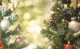 Árbol de navidad con las decoraciones y el fondo del bokeh Imagen de archivo libre de regalías