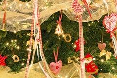 Árbol de navidad con las decoraciones y el primer de las luces Fotos de archivo libres de regalías