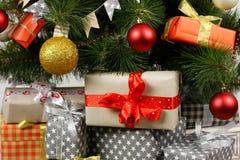 Árbol de navidad con las decoraciones y las cajas de regalos Foto de archivo