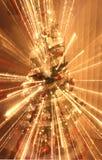 Árbol de navidad con las decoraciones y las luces Fotos de archivo libres de regalías