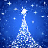 Árbol de navidad con las estrellas en fondo del azul del brillo Imagen de archivo