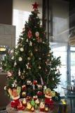 Árbol de navidad con las galletas, magdalenas, bolas, dulces, caramelo, ornamentos fotos de archivo