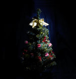 Árbol de navidad con las guirnaldas Fotografía de archivo libre de regalías