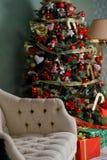 Árbol de navidad con las guirnaldas, los juguetes del vintage y el firepl decorativo Imagen de archivo