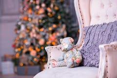 Árbol de navidad con las guirnaldas, los juguetes del vintage y el firepl decorativo Fotos de archivo