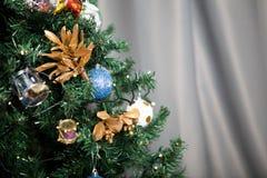 Árbol de navidad con las guirnaldas y la decoración Imágenes de archivo libres de regalías