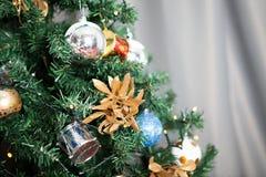 Árbol de navidad con las guirnaldas y la decoración Fotografía de archivo libre de regalías
