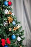 Árbol de navidad con las guirnaldas y la decoración Imagenes de archivo